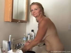 Sexy mature amateur loves to fuck free