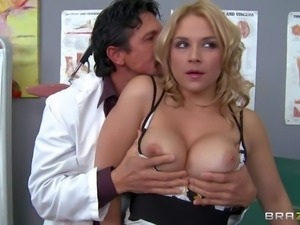Sarah Vandella finds doctor Tommy Gunn sexy and does her
