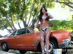Nympho MILF flashing her sexy big tits in a car wash hot video