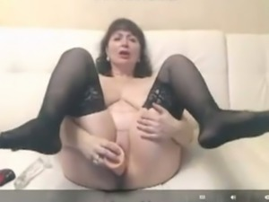 This mature woman likes to do kink shit in front of her webcam